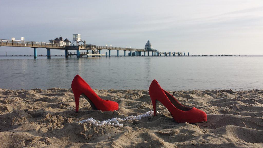 Rote Schuhe und Meer