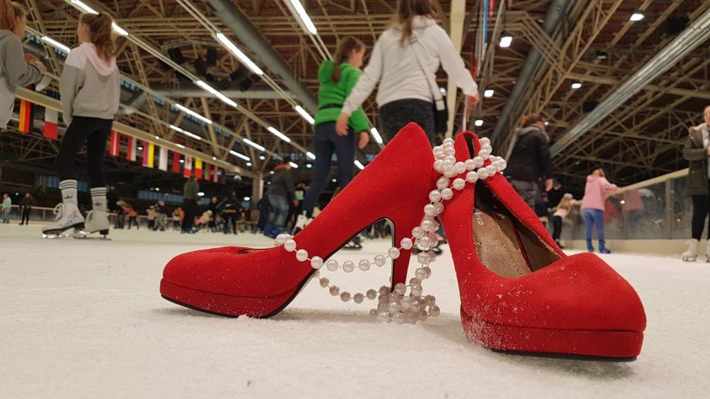 Rite Schuhe auf der Eisbahn