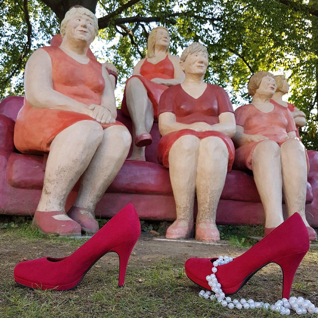 Rote Schuhe und Frauen sehen rot
