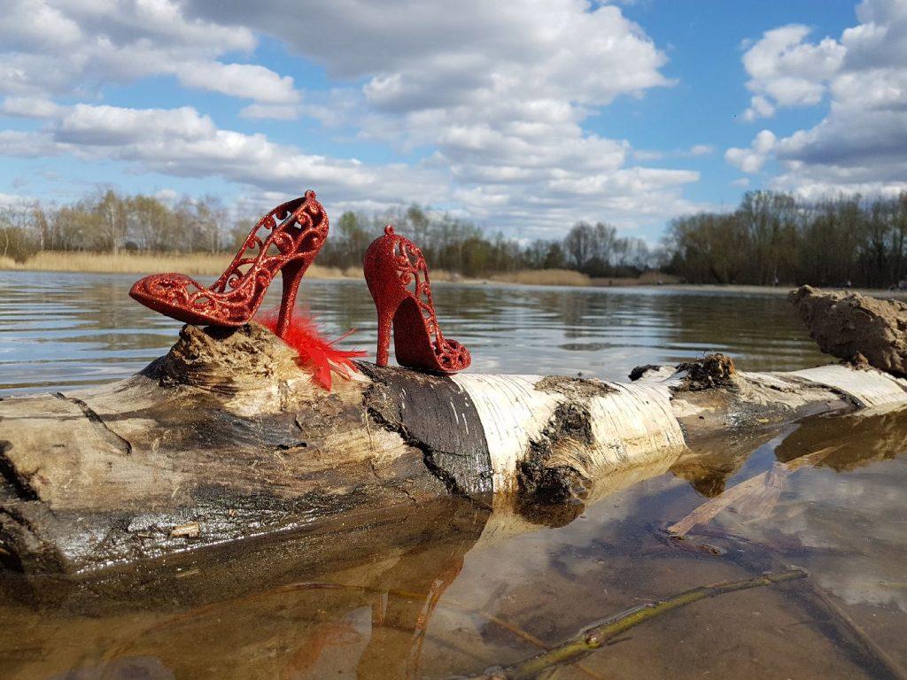 Rote Schuhe am Habermannsee
