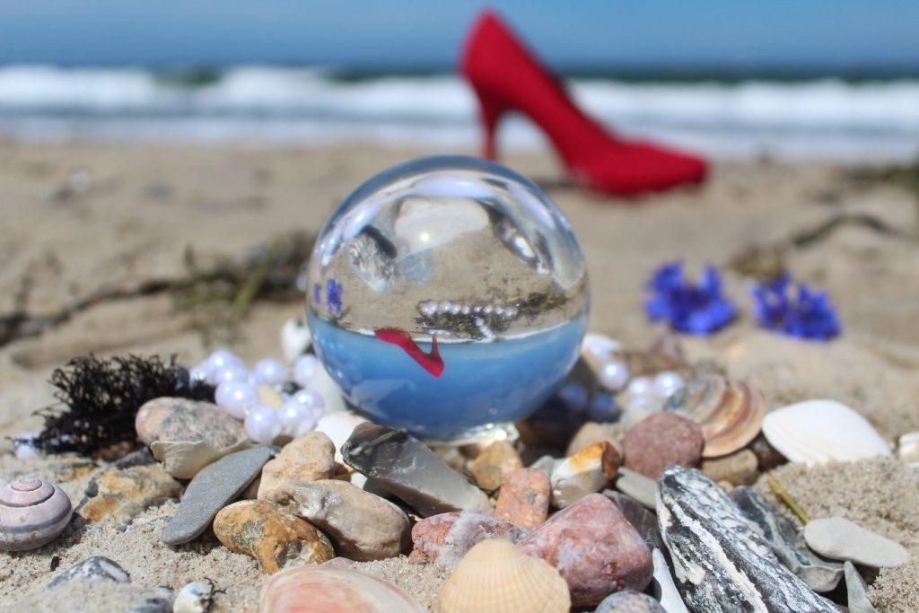 Rote Schuhe im Lensball